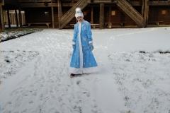 Снегурочка-во-дворе-усадьбы-Сугорье.
