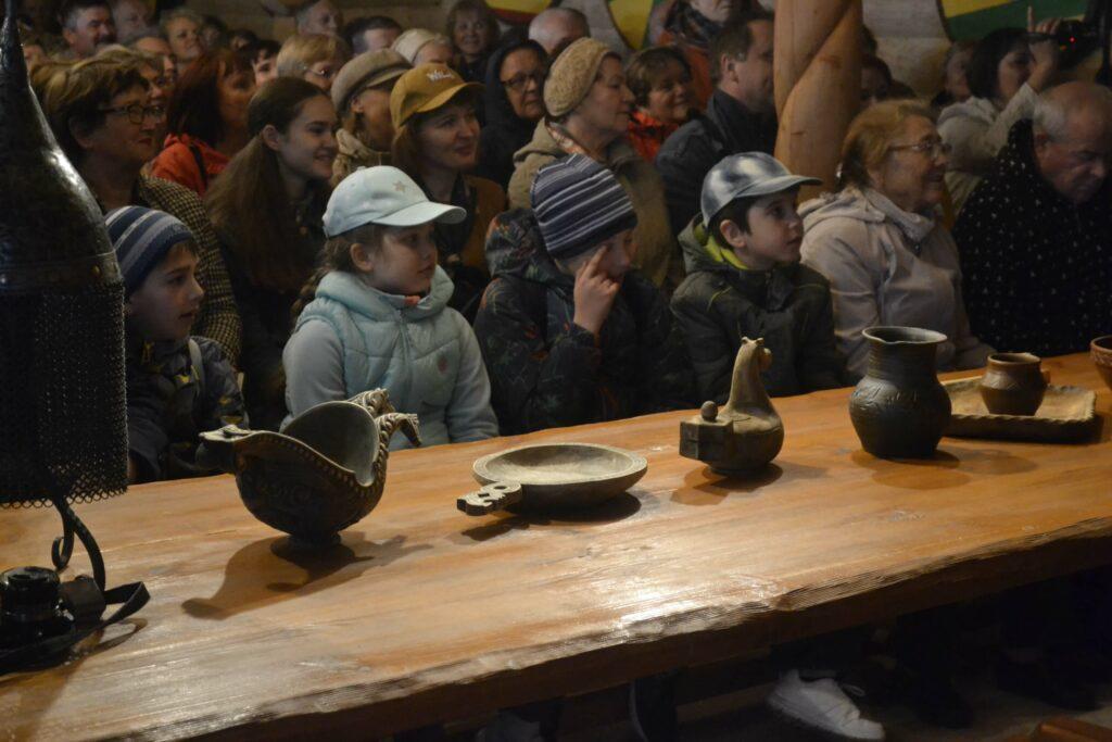 Сугорье - дети за столом в Гриднице